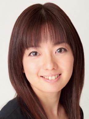 黒い服を着用している声優の石川桃子